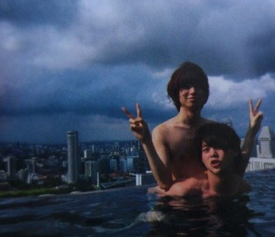 伊野尾慧さんと有岡大貴のプール写真