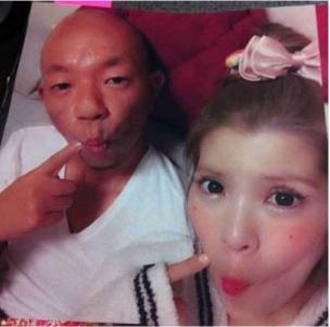 坂口杏里と小峠英二のベッド写真2
